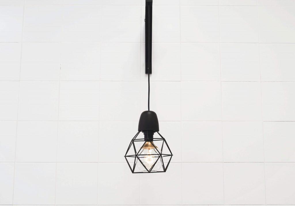 Minimalistyczny design lampy