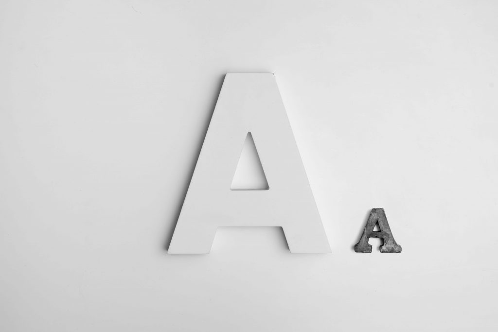 Dwie litery na białym tle
