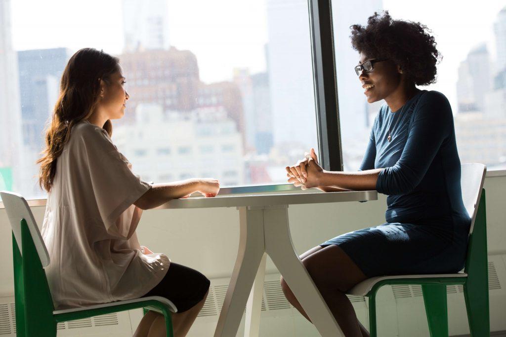 Rozmowa dwóch kobiet przy oknie