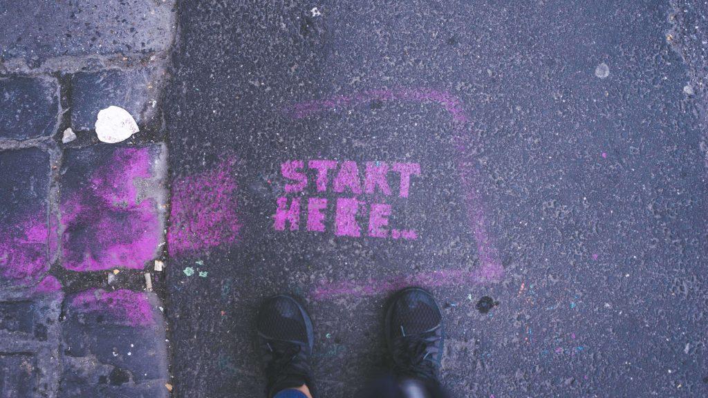 "Chodnik i napis ""start here"""