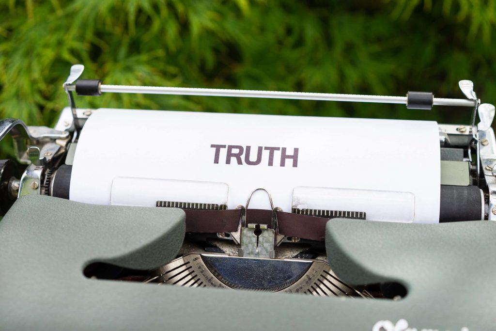 """Maszyna do pisania z tekstem """"truth"""""""