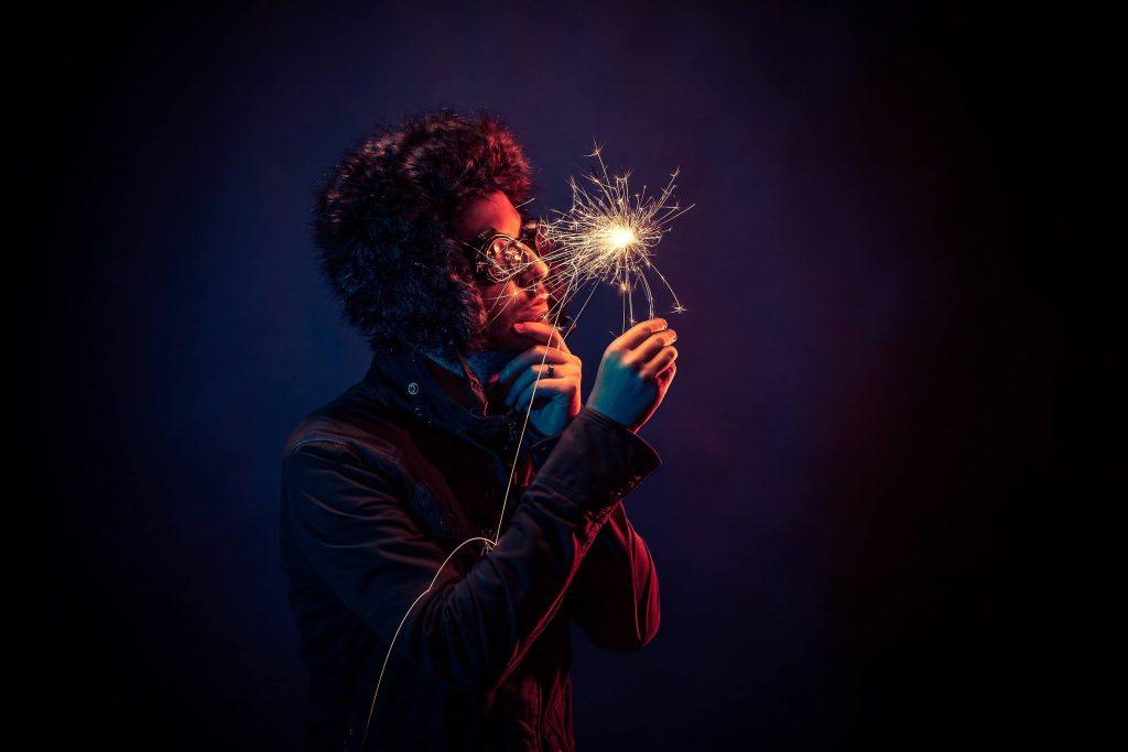 Tajemniczy mężczyzna ze sztucznym ogniem