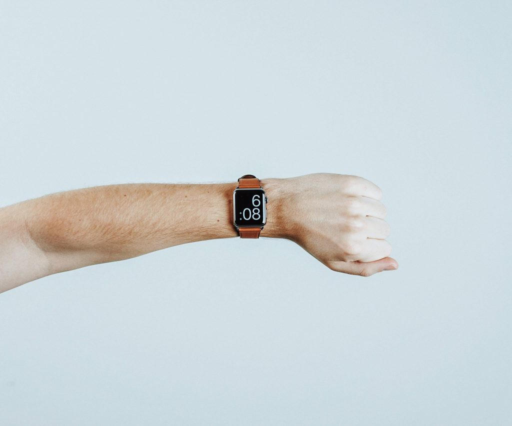 Ręka z odwróconym zegarkiem