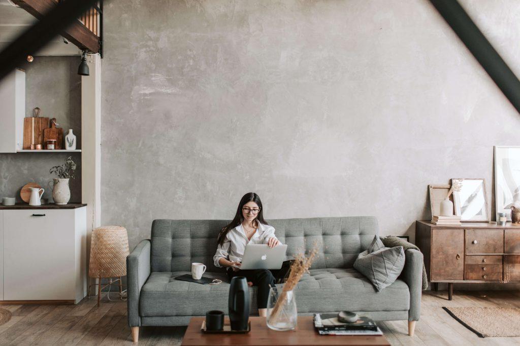 Kobieta pracująca z domu