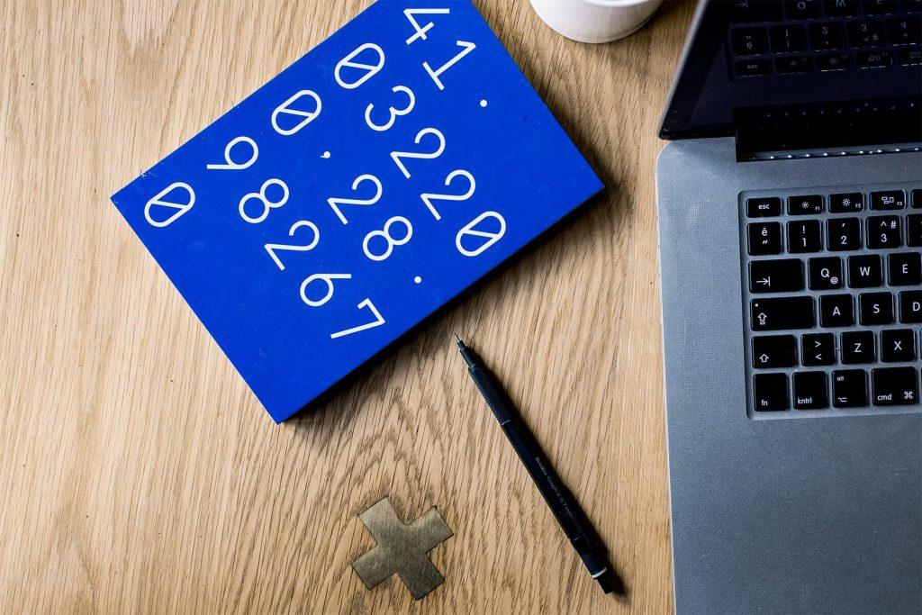 Laptop i notes z liczbami
