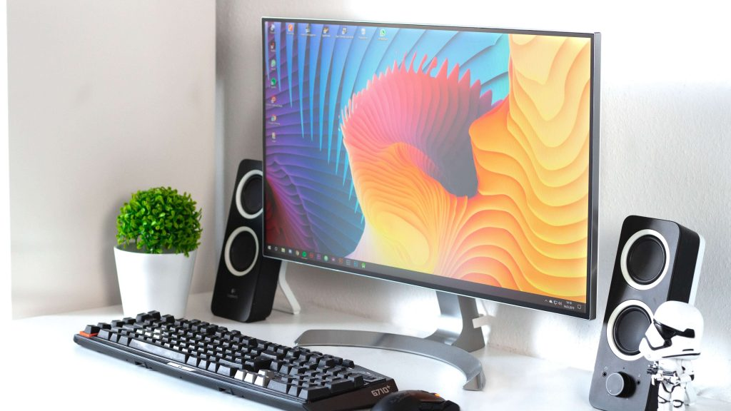 Ekran, klawiatura i głośniki