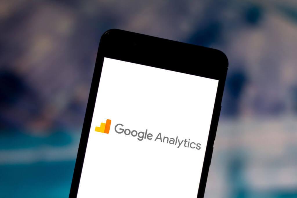 Logo Google Analytics na ekranie telefonu