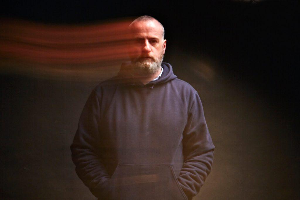 Fotografia mężczyzny z długim czasem naświetlania